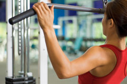 woman doing lat pulldown